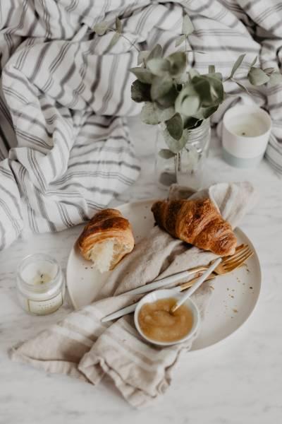 Francuskie maślane croissanty na śniadanie
