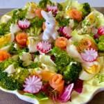 Sałatka wielkanocna z łososiem, brokułem i pysznym sosem