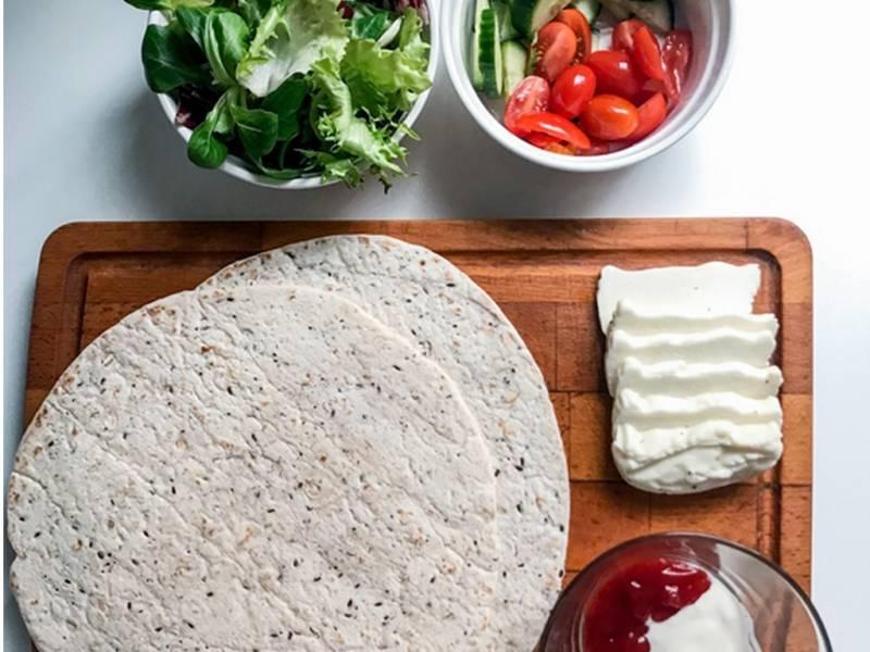 Wrapy z serem halloumi i warzywami