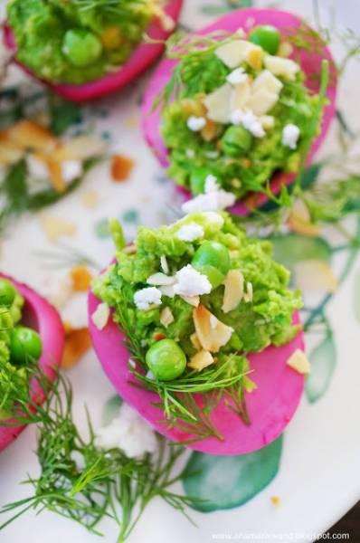 Różowe jajka faszerowane groszkiem