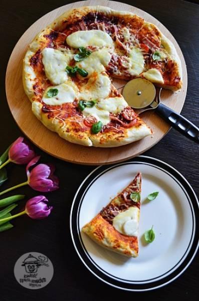 Domowa pizza z szynką i pomidorami koktajlowymi.