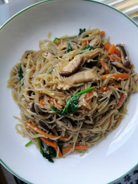 Korea Południowa - Japchae, czyli szklany makaron z warzywami