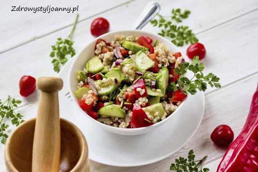 Sałatka z kaszą bulgur i warzywami.