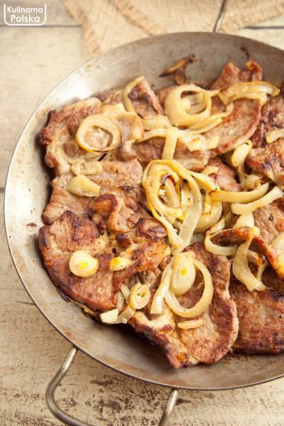 Steki z karkówki z cebulą. Pieczone w piekarniku. Rumiane i pyszne. PRZEPIS