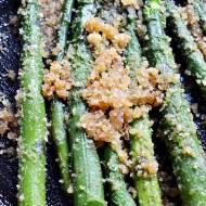 Szparagi z masłem i bułką
