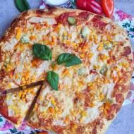 Domowa pizza z kukurydzą, kurczakiem, papryką i ogórkiem