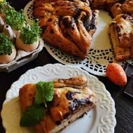 Drożdżowy wieniec z truskawkami i gorzką czekoladą.