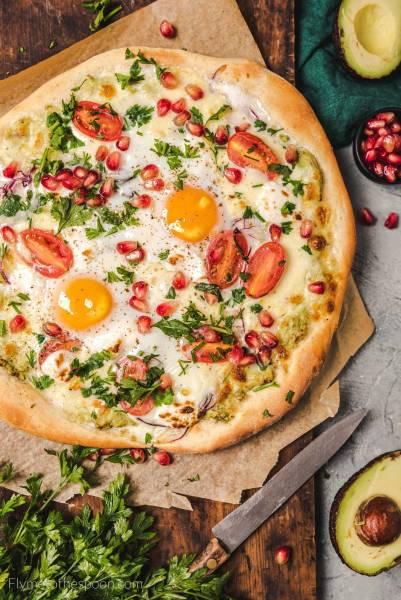 Pizza śniadaniowa z jajkiem i awokado
