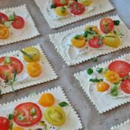 Ciasto francuskie z kremowym serkiem i pomidorkami