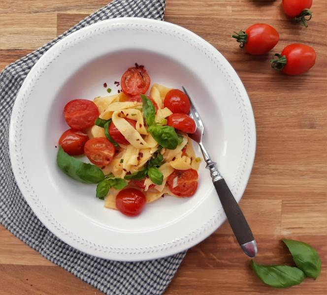Makaron z mozzarelli z pomidorkamki i bazylią (na ostro)