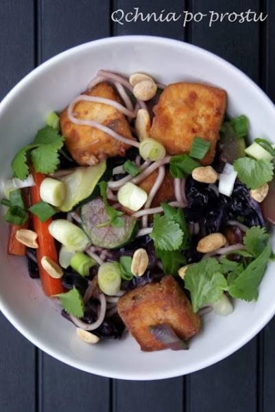 Noodle z tofu, czerwoną kapustą i cukinią