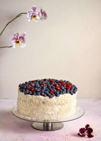 Tort śmietankowy z tartymi biszkoptami, wiśniami i borówkami