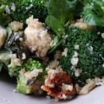 Sałatka brokułowa z komosą ryżową i serem kozim