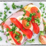 Zdrowa kanapka z jajkiem i papryką