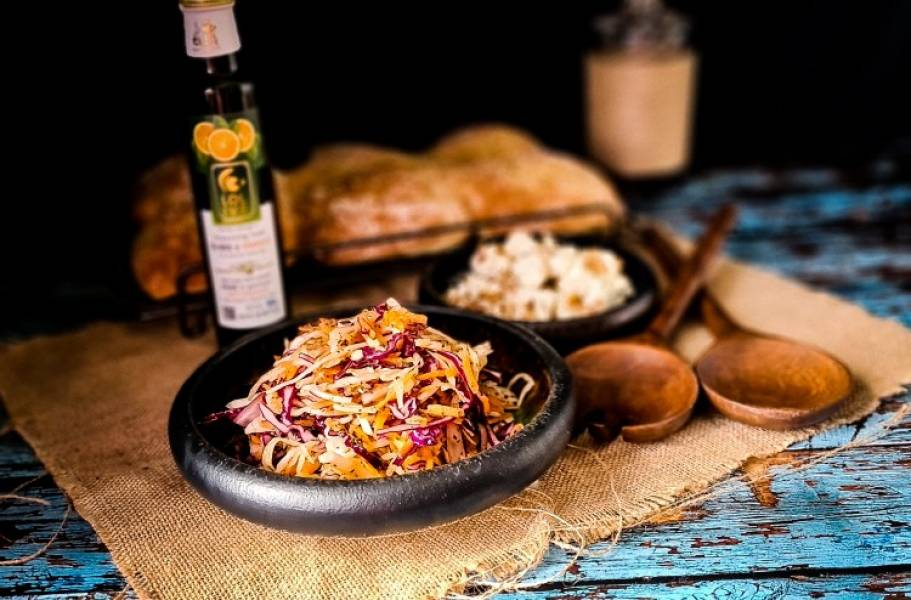 Lahanosalata sałatka plus bułki ziołowe