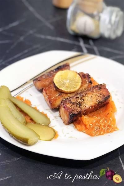 Pieczony łosoś z rozmarynem podawany z purée z marchwi
