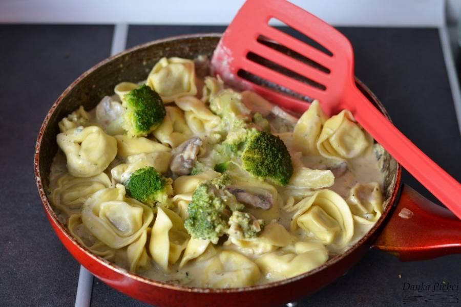 Tortellini w sosie serowym z brokułem