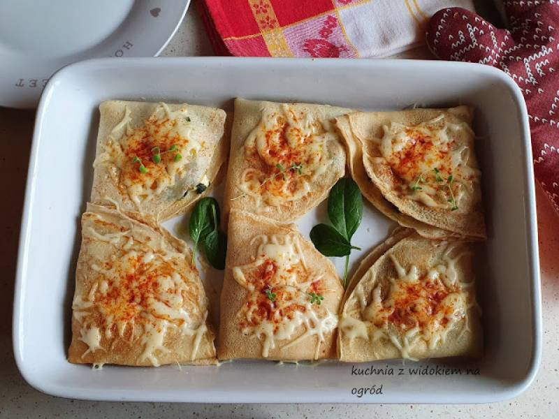 Naleśniki z kurczakiem, szpinakiem i fetą zapiekane z serem