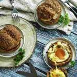 Bułki zapiekane z jajkiem i serem.