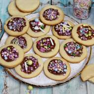 Maślane ciasteczka z kolorową posypką do zrobienia z dziećmi