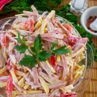 Sałatka Paseczkowa z kiełbasą i serem – prosta sałatka w 20 minut