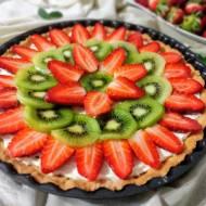 Tarta z kremem mascarpone i owocami.