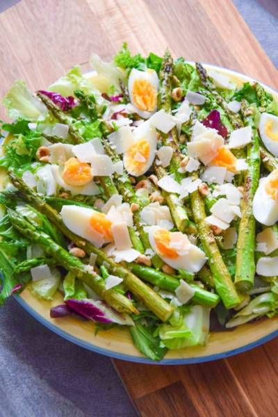 Sałatka z grillowanymi szparagami, jajkiem i orzechami FIT