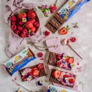 Kanapki z lekkich wafelków w czekoladzie z różowym twarożkiem