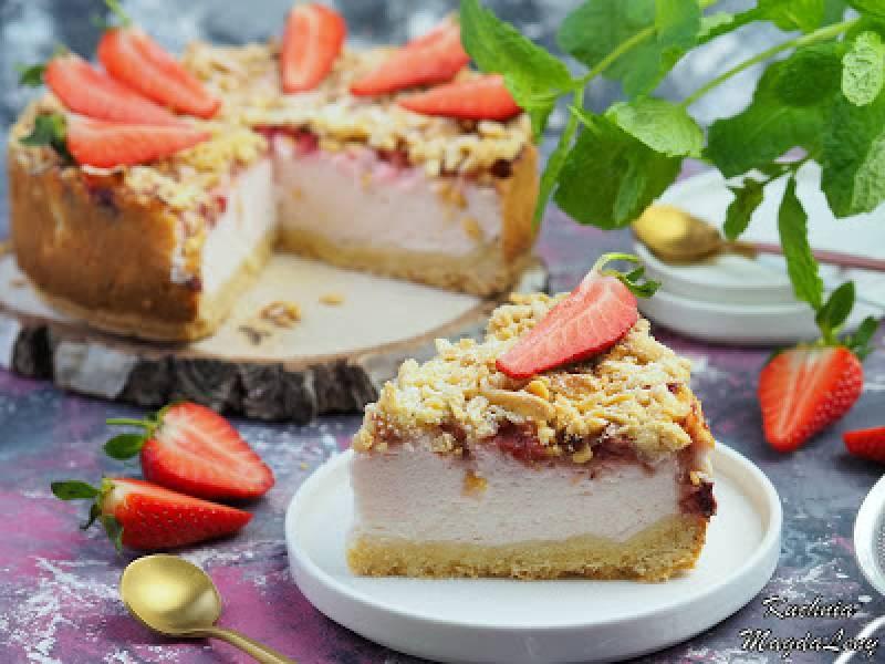 Ciasto z malinową pianką jogurtową i truskawkami