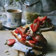 Croissant z miodowym mascarpone i owocami