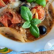 Duszone pomidory z cebulą, pesto i owczym serem – prosto i smacznie!