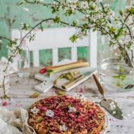 Odwrócone ciasto z rabarbarem, różą i malinami