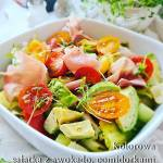 Kolorowa sałatka z awokado i szynką