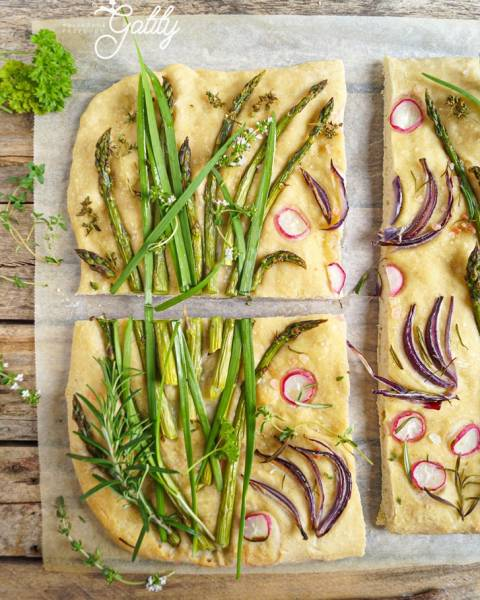 Focaccia ze szparagami i ziołami