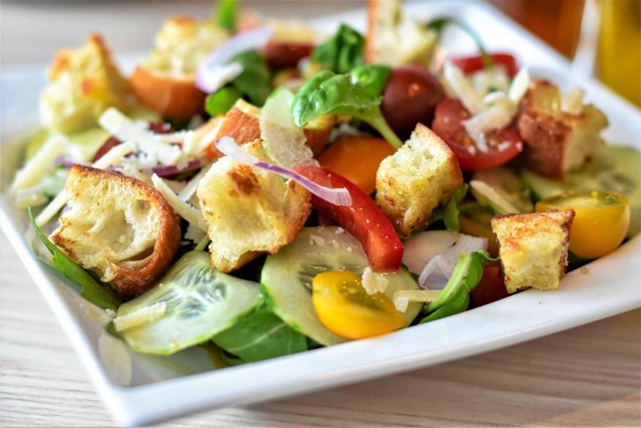 Sałatka ze świeżymi warzywami i grzankami