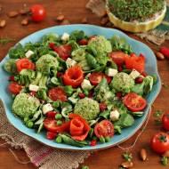 Zielona sałatka z kulkami topionymi