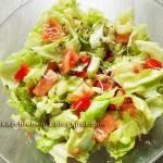 Surówka z sałaty lodowej z pomidorem, papryką, selerem naciowym, ciecierzycą i kiełkami