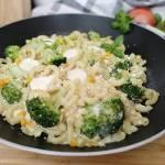 Makaron z patelni z brokułem i mozzarellą.