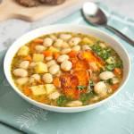 Wegańska zupa fasolowa z fałszywym boczkiem. Nawet nie pomyślisz, że brakuje w niej mięsa. PRZEPIS