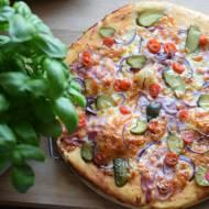 Pizza z boczkiem, ogórkiem kiszonym, cebulką i pomidorem