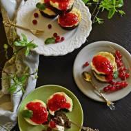 Babeczki makowo serowe z frużeliną z czerwonych porzeczek.