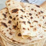 Domowe placki do tortilli albo kebaba. Łatwo się zawijają i smakują dużo lepiej od gotowców. PRZEPIS