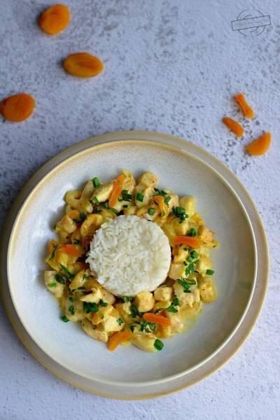 Kurczak w sosie curry z suszonymi morelami