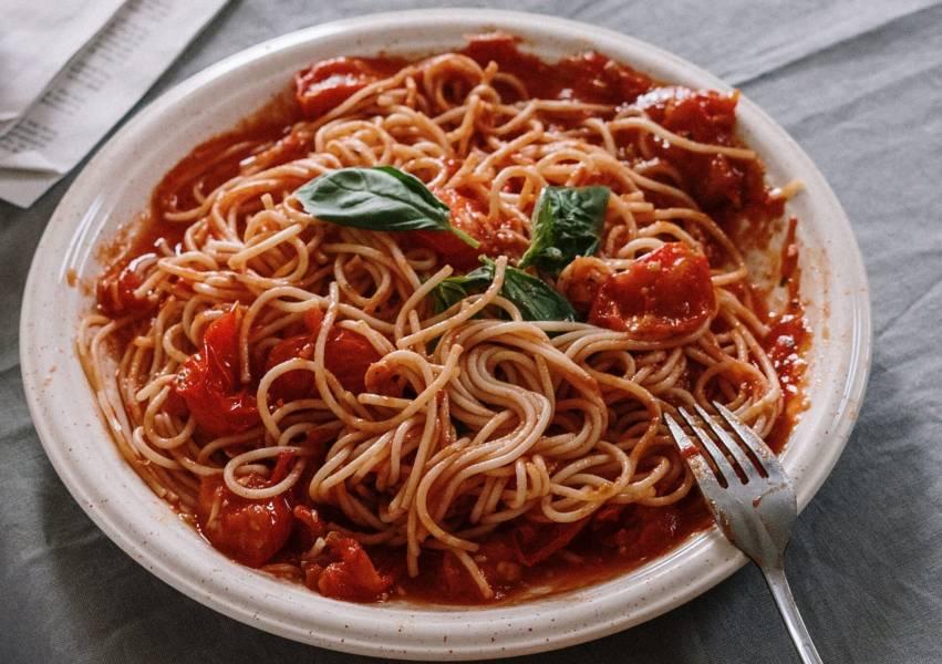 Szybki makaron w sosie pomidorowym