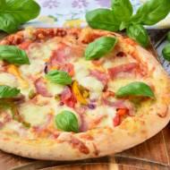 Pizza z szynką i serem. Przepis na sos pomidorowy do pizzy.