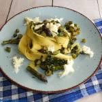 Pappardelle z fioletowymi szparagami, szpinakiem i mozzarellą