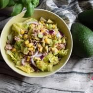 Sałatka z awokado, tuńczykiem i sosem