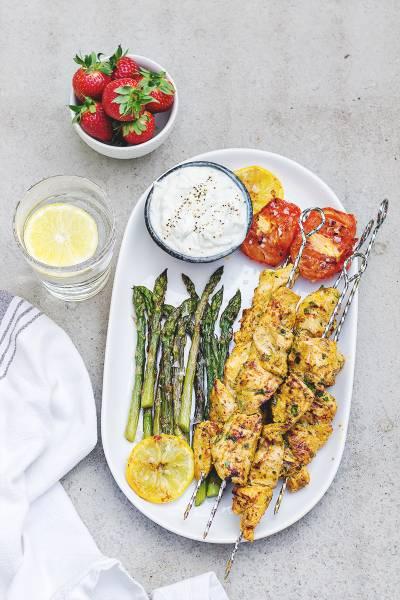 Grillowane szparagi, pomidory i kurczak