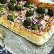 Ciasto francuskie z brokułem i serem.