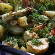 Pieczone młode ziemniaki z białymi szparagami i wędzonym boczkiem